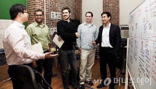 정세주 눔 대표(오른쪽)과 직원들. 토종 한국출신인 정 대표는 자신의 진정성과 열정을 기반으로 아텀 페타코브 공동대표를 포함한 미국 현지 우수한 인력들과 창업에 성공할 수 있었다. /사진제공= 눔