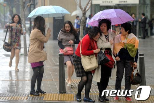 기상청은 10일 전국이 흐리고 비가 오겠다고 예보했다.  News1 박정호 기자