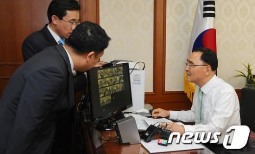 [사진]정홍원 총리, 서울-세종 영상간부회의 주재