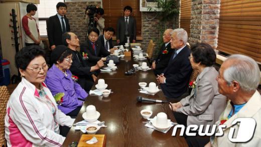 [사진]실향민들의 고충 듣는 김한길 대표