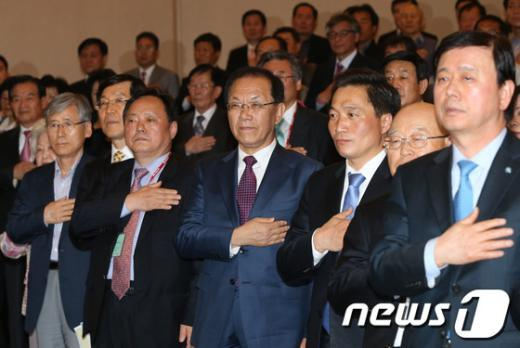 [사진]토론회서 국민의례하는 황우여 대표