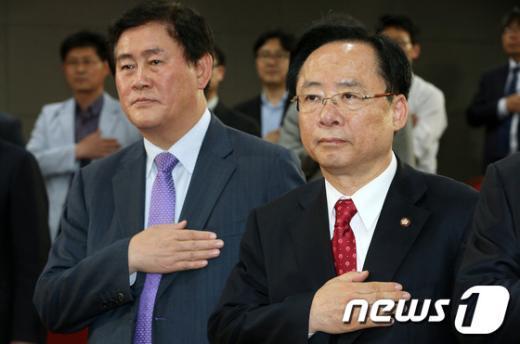 [사진]국민의례하는 이주영-최경환