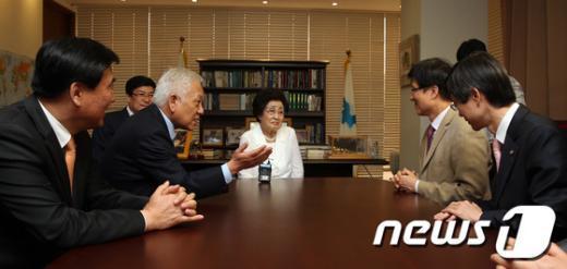 [사진]최고위원 소개하는 김한길 대표