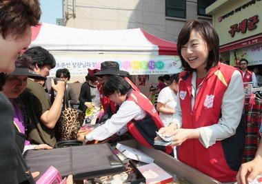 조윤선 여성가족부 장관이 서울 은평구 역촌동 소재 미혼모 자립 매장 엔젤스토리에서 열린나눔장터에 일일 판매원으로 참여해 기부된 물품을 판매하고 있다. (여성가족부 제공)  News1