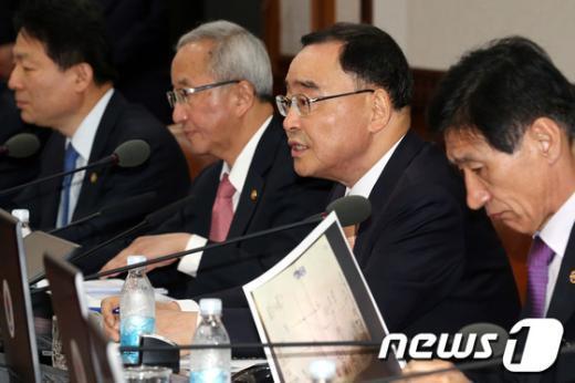[사진]임시국무회의 모두발언하는 정홍원 총리