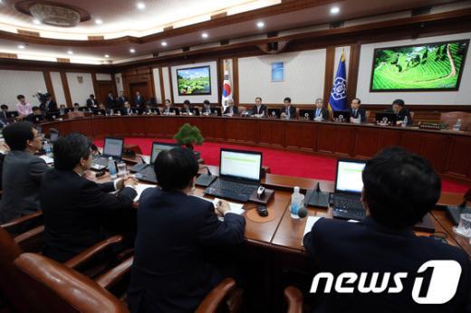 [사진]정홍원 총리, 임시국무회의 주재