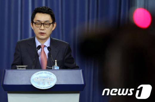 청와대는 10일 윤창중 대변인을 경질했다고 밝혔다. 지난 3월2일 춘추관에서 브리핑을 하고 있는 윤 대변인.  News1