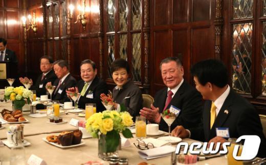 [사진]박 대통령, 수행 경제인 조찬