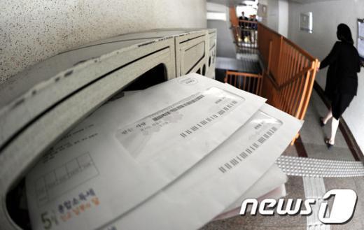 [사진]우편물 쌓여 있는 윤창중 전 대변인 자택