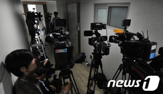 [사진]윤창중 전 대변인 오피스텔 앞 취재진