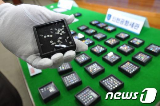 [사진]항문에 숨긴 다이아몬드 밀수입자 구속