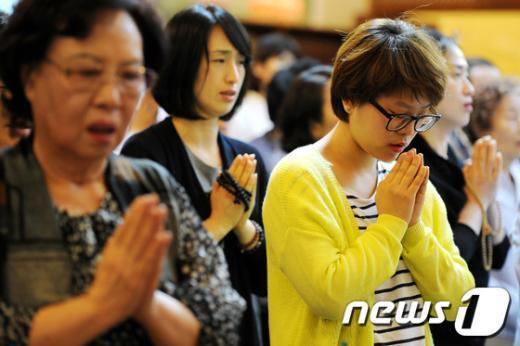 [사진]부처님 오신날, 간절한 기도