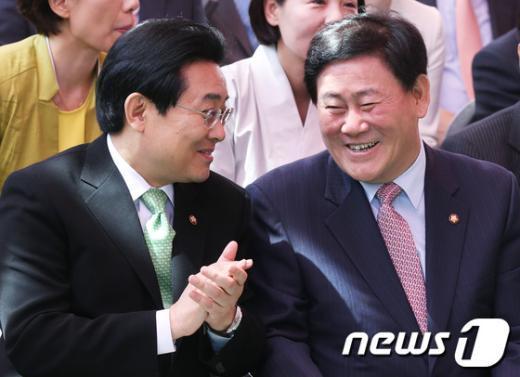 """[사진]최경환-전병헌 """"웃음 가득"""""""