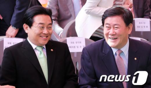 [사진]봉축 법요식에서 밝게 웃는 최경환-전병헌