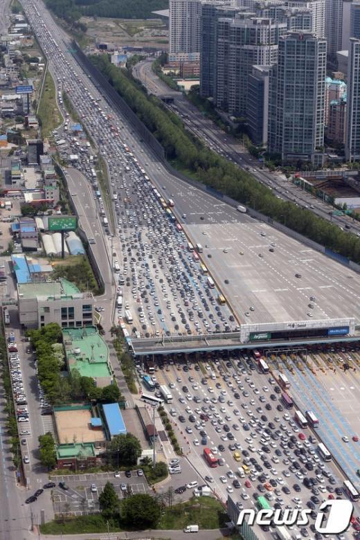 [사진]황금연휴 첫 날 정체현상 보이는 서울톨게이트