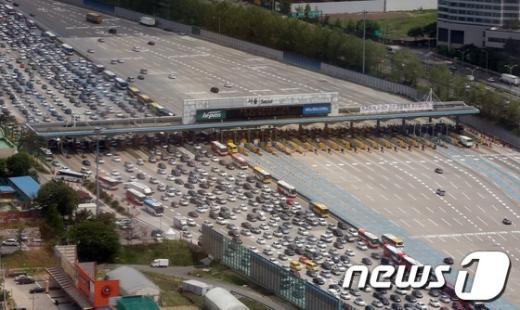 [사진]황금연휴 첫 날 정체된 서울톨게이트