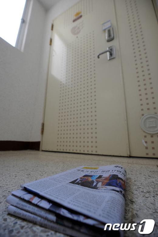 [사진]윤창중 전 대변인 자택 앞에 놓여진 조간신문