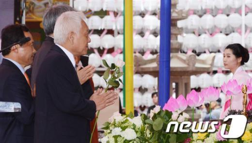 [사진]합장 하는 김한길 대표