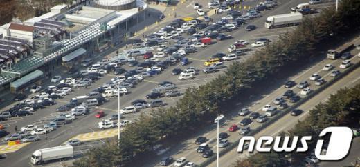 한국도로공사는 17일 오후 2시30분 기준 고속도로를 통해 수도권을 빠져나간 차량은 23만여대라고 밝혔다. (경찰청 항공촬영협조) 2013.2.8/뉴스1  News1 이명근 기자