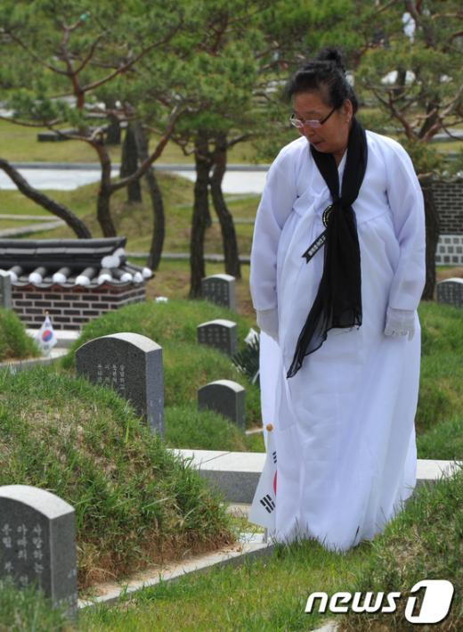 5·18민중항쟁 제33주년 추모제가 열린 17일 오전 광주 북구 운정동 국립 5·18민주묘지에서 한 유가족이 희생자의 묘소를 둘러보고 있다. 2013.5.17/뉴스1  News1   정회성