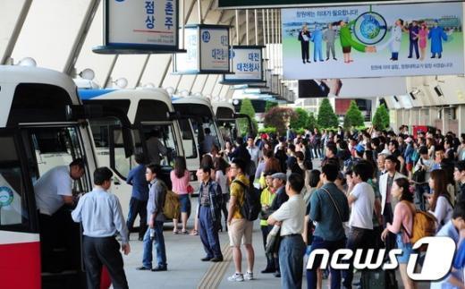 [사진]황금연휴로 붐비는 고속버스터미널