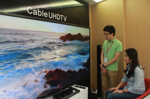 23~24일 제주 해비치호텔에서 열리는 '2013 디지털케이블TV쇼' 전시장에서 관람객들이 UHDTV를 시연해보고 있다./사진제공=CJ헬로비전