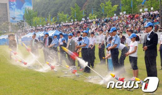 지난해 5월 열린 제34회 공군참모총장배 스페이스 챌린지 대회 본선에서 참가자들이 물로켓을 발사하고 있다.(공군본부 제공)  News1