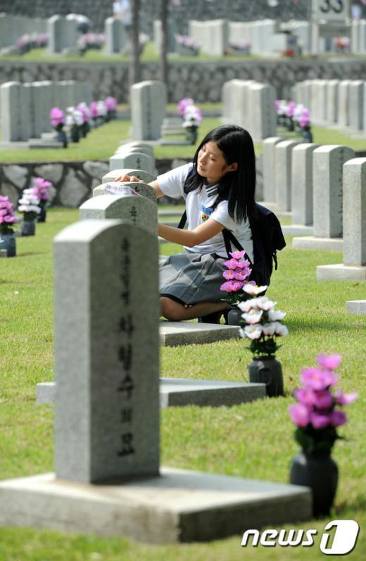 [사진]묘역 정화활동 하는 학생