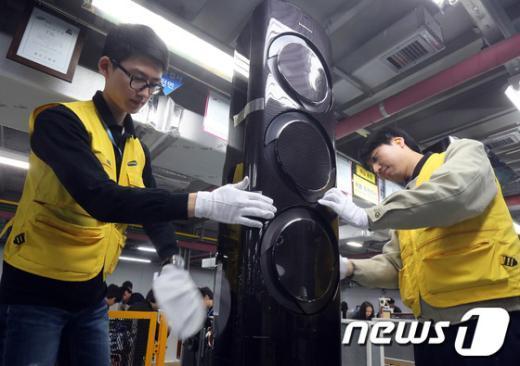 삼성전자 광주사업장 생산직원이 2인 1조를 이뤄 에어컨 외관검사를 하고 있다.(삼성전자 제공) /뉴스1  News1