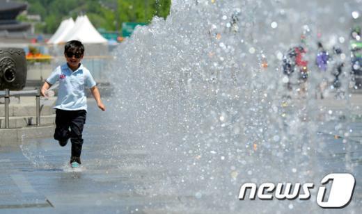 기상청은 올해 여름 평년보다 더욱 더운 날씨가 이어질 것이라고 23일 예보했다.  News1 양동욱 기자