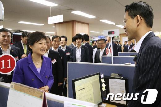 [사진]박 대통령, 국민행복기금 방문