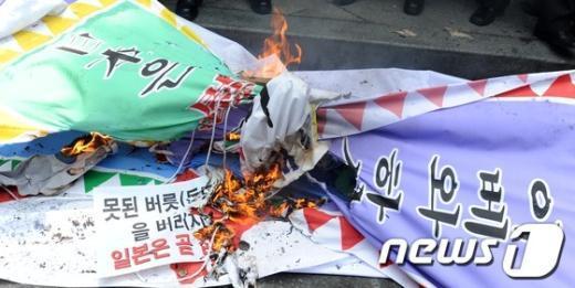 [사진]불타는 日 규탄 피켓