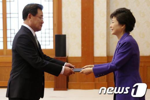 [사진]박 대통령, 이병기 주일본대사 신임장 수여