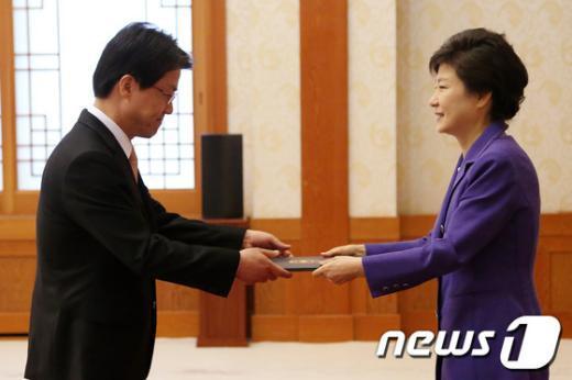 [사진]박 대통령, 이시형 주OECD대사 임명장 수여