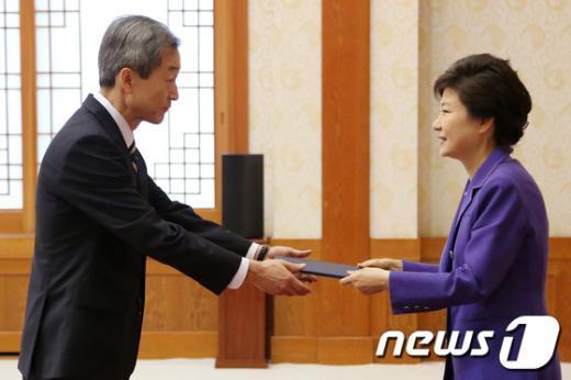 [사진]박 대통령, 안호영 주미대사 신임장 수여