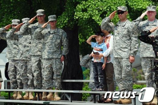 [사진]경례하는 美현충일 기념식 참석자들