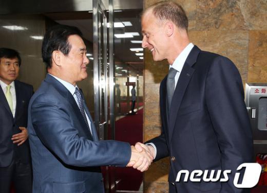 [사진]톰 엔더스 EADS 회장과 악수하는 강창희 국회의장