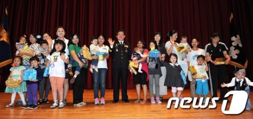 [사진]참석자들과 기념촬영하는 김정석 서울경찰청장