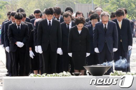 """[사진]노무현 전 대통령을 향한 """"묵념"""""""