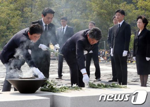[사진]헌화하는 최경환·전병헌·김선동