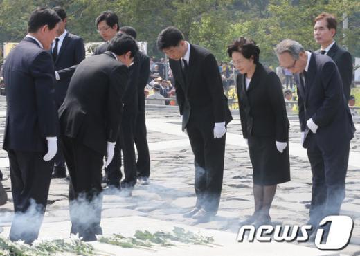 [사진]권양숙 여사와 인사하는 최경환-전병헌
