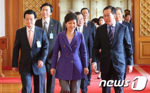 [사진]권영세 주중대사와 이야기 나누는 박근혜 대통령