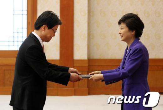 [사진]박 대통령, 이시영 주 OECD대사 임명장 수여
