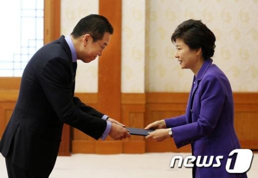 [사진]박 대통령, 권영세 주 중국대사 임명장 수여