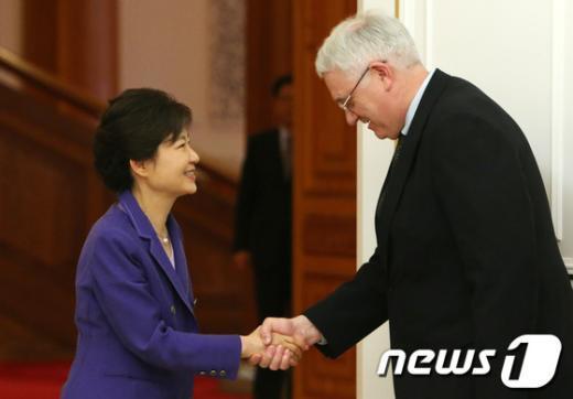 [사진]박 대통령, 美 전략국제문제연구소 일행 접견
