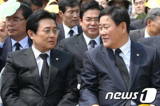 [사진]대화하는 최경환-전병헌