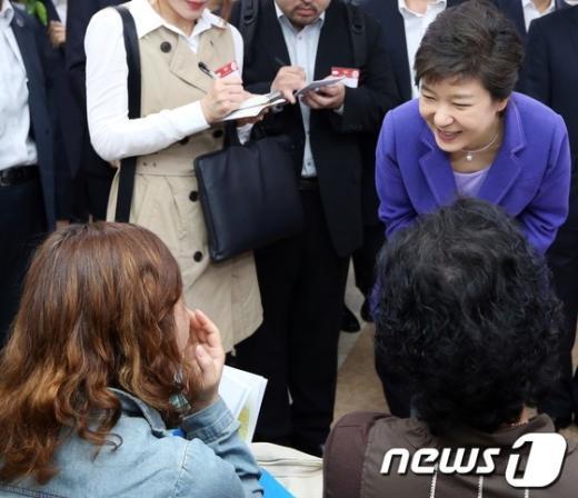 [사진]시민의견 청취하는 박근혜 대통령