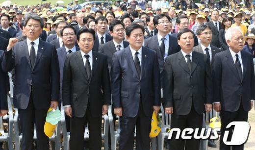 """[사진]노무현 전 대통령 추도식, """"임을위한 행진곡"""" 제창"""