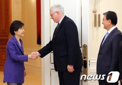 [사진]악수하는 박근혜 대통령과 존 햄리 美 CSIS 소장