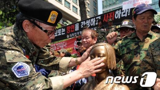 [사진]소녀상의 눈물 닦는 월남전 참전용사